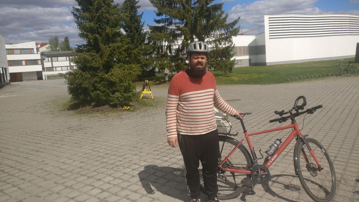 Joni seisoo pyörän vieressä